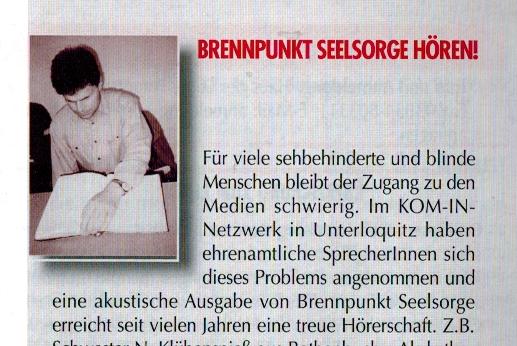 Seelsorger Mario Buchmann beim Punktschriftlesen