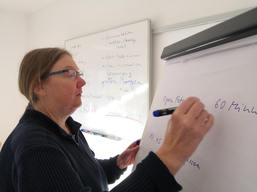 Dorothee Janssen bereitet am Whitebord den Ablauf des Luki-Treffens vor