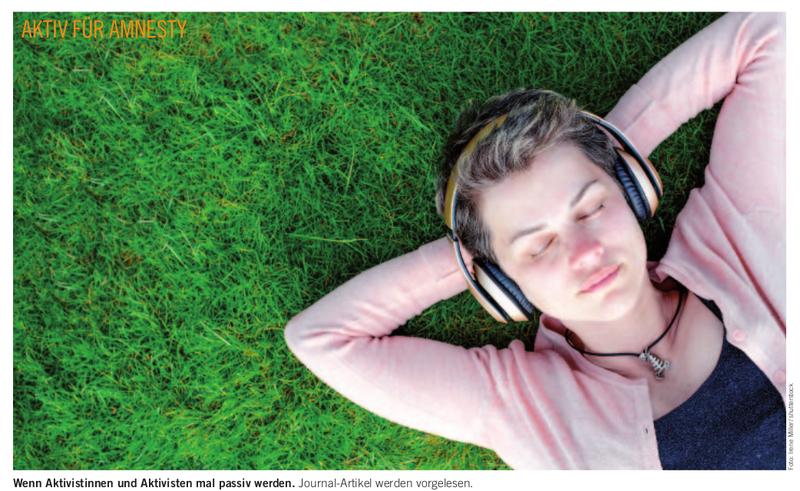 Auf einer grünen Wiese liegt eine Frau, hörend mit Kopfhörern