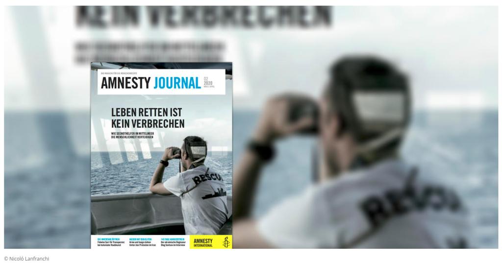 Cover einer Ausgabe des Amnesty Journal, Es ist ein Mann zu sehen, der mit dem Fernglas nach Geflüchteten auf dem Meer sucht
