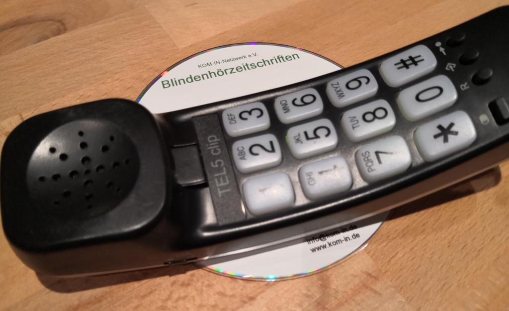 Telefonhörer und CD mit Aufschrift Blindenhörzeitschriften