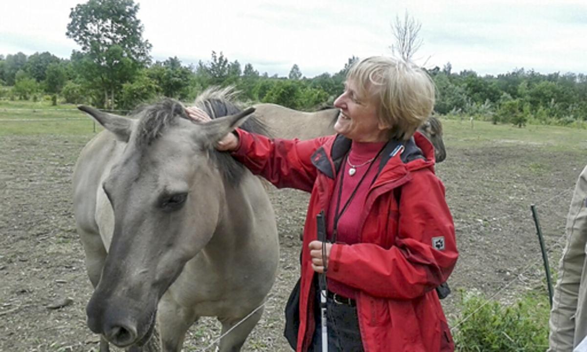 Erika Uhlig mit Blindenstock und Pferd