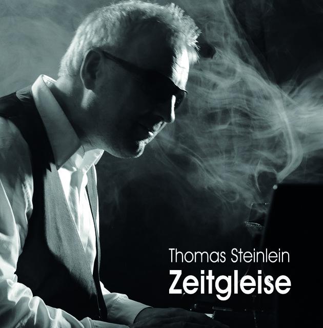 Thomas Steinlein im Profil im Gegenlicht auf einer Bühne, im Hintergrund Nebel